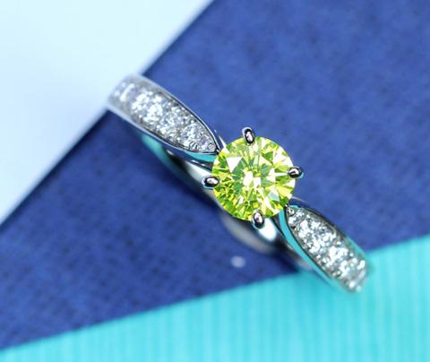 【ハンドメイド】PT950 0.433ct FANCY VIVID YELLOW GREEN SI-2 ダイヤモンド リング 0.233ct ダイヤモンド ※中央宝石研究所ソーティングシート付き